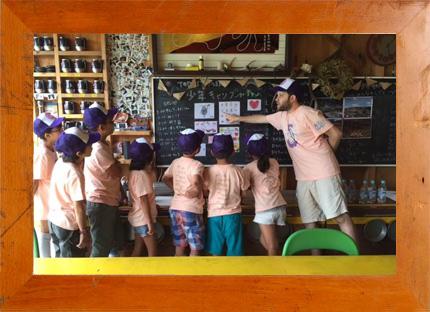 ルーカス校長の「10 BLACK HEARTS」づくりワークショップ in 少年キャンプ